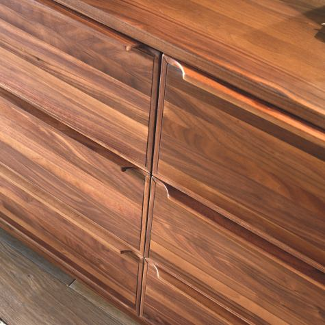 Chest of drawers in solid walnut with 6 drawers