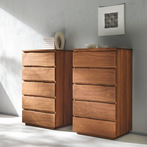 Tall chest of dawers in solid walnut with 5 drawers